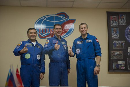 Prime crew members during the press conference held at the Cosmonaut Hotel node full image 2